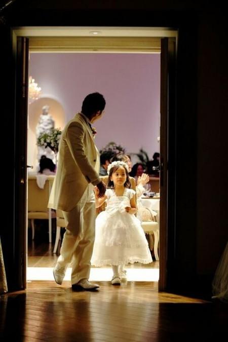 ドアを開ける少女|ピエトラセレーナ