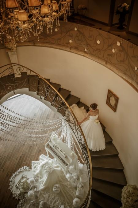 螺旋階段を下りる花嫁