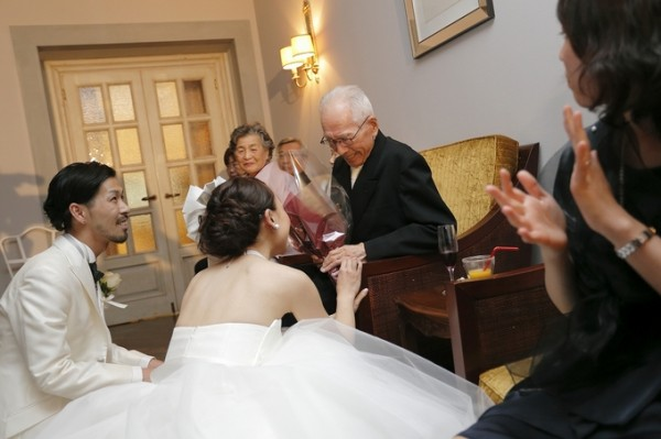サプライズの花束贈呈|結婚式