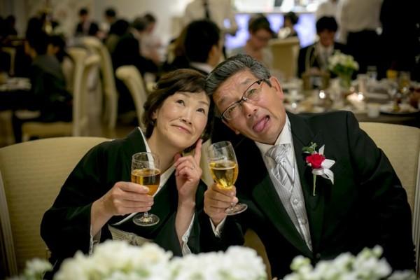 結婚式を楽しむご両親|ピエトラセレーナ