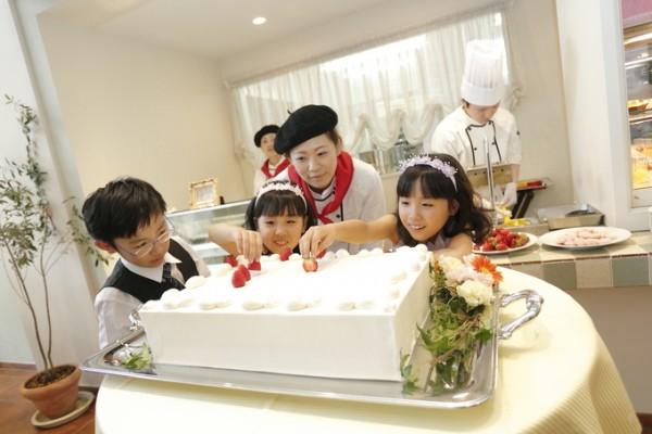 ウエディングケーキを作る子供たち