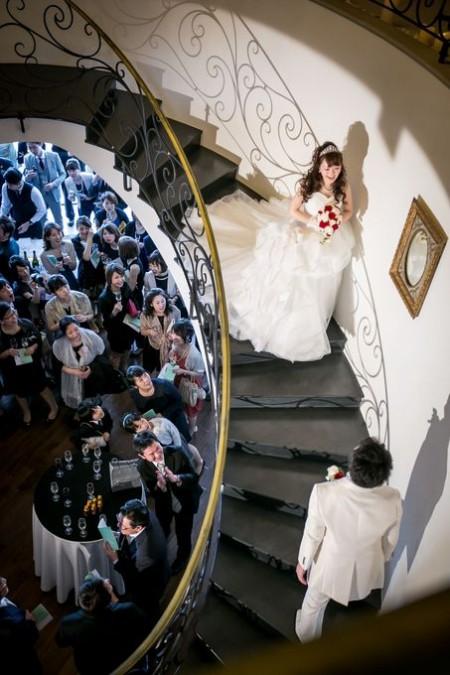 螺旋階段から入場する新郎新婦|ピエトラセレーナ