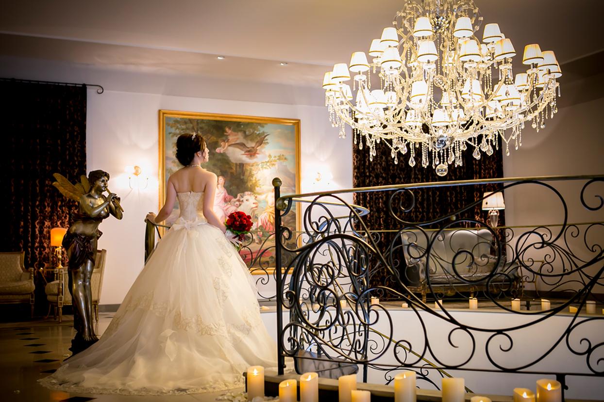 螺旋階段を降りる花嫁
