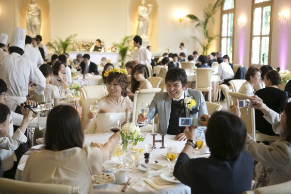 結婚式を楽しむ花嫁様とゲスト様|dd