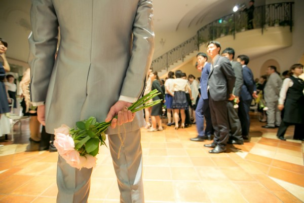 お花を持つ新郎様|ピエトラセレーナ