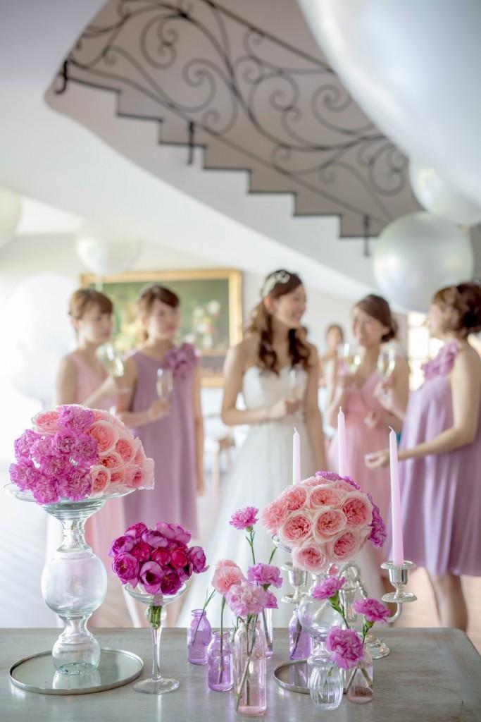 結婚式を楽しむブライズメイドと花嫁