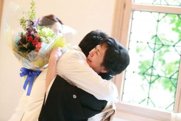 抱き合う新郎様とお母様|ピエトラセレーナ
