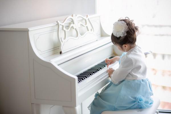 ピアノを弾く小さな花嫁様