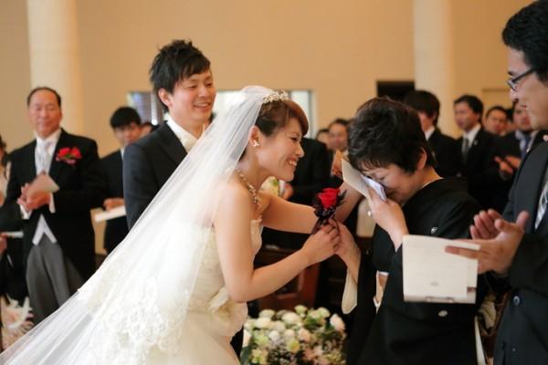 挙式後の花嫁様とお母様|ピエトラセレーナ