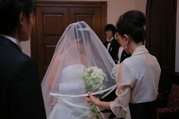 挙式前の花嫁様とお母様|ピエトラセレーナ|ベールダウン