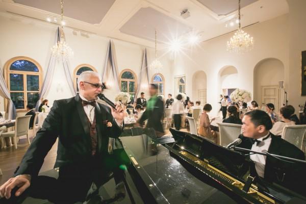 結婚式で歌う司会者