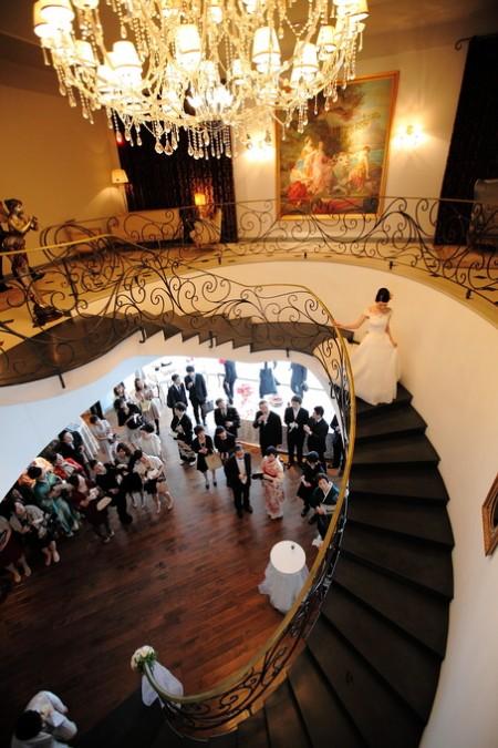 螺旋階段を降りる花嫁様