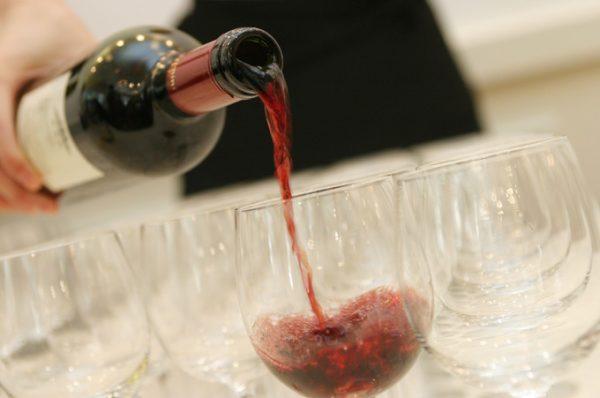 ワインを注ぐシーン