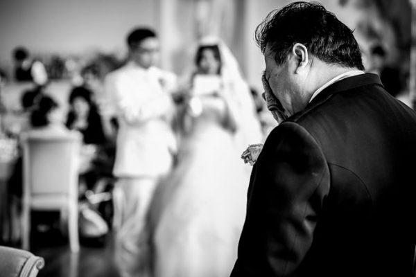 結婚式で涙ぐむお父様