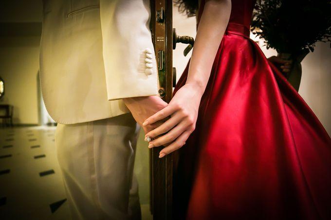 手をつなぐ新郎新婦の二人